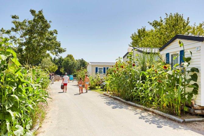 Quels sont les hébergements de luxe disponibles au camping La Grand' Métairie ?