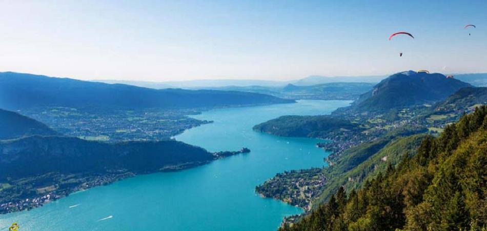 Quel intérêt touristique revêtent le lac d'Annecy et ses alentours ?